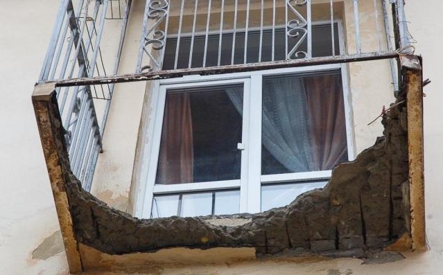 «Жизнь людей ничего не стоит»: на улице Мира грозит рухнуть еще один балкон
