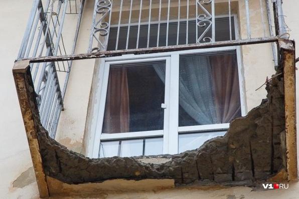По словам горожан, бетонная плита в любой момент может упасть на голову прохожим