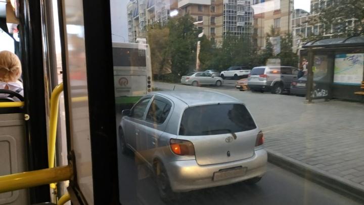 Авария с грузовиком поставила в гигантскую пробку улицу Авиаторов