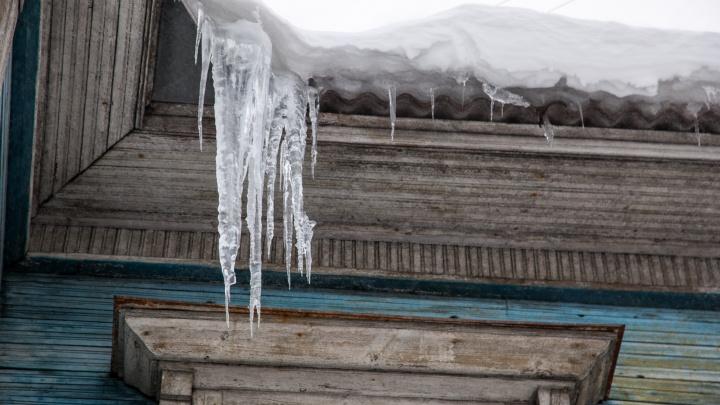 «Сама убирала сосульки»: в посёлке Емца пенсионерка погибла из-за схода снега с крыши