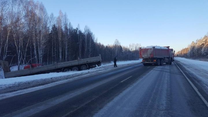 Subaru Forester и КАМАЗ улетели в кювет после столкновения на тюменской трассе