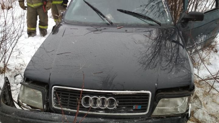«Не трогайте его!»: в ДТП под Рыбинском водителя выкинуло из «Ауди». Видео