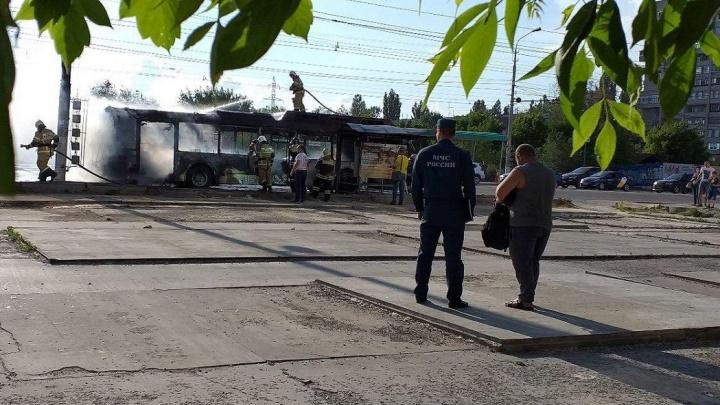 В Волгограде дотла сгорел рейсовый автобус: смотрите видео