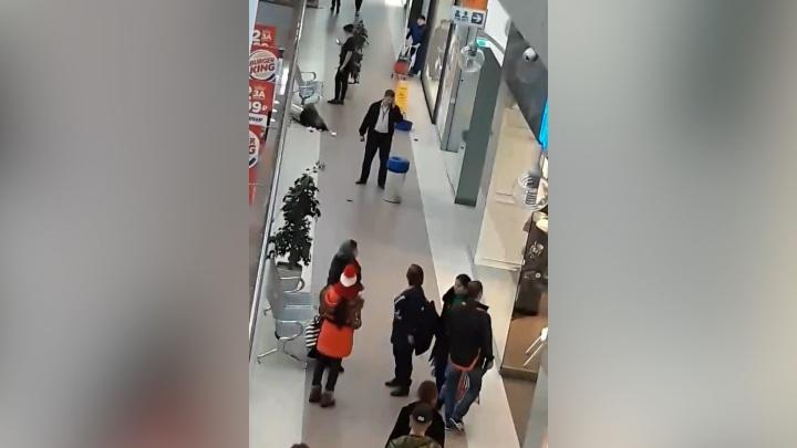 «Бросили что-то в мусорку»: посетителей челябинского ТРК перепугал хлопок в торговом зале