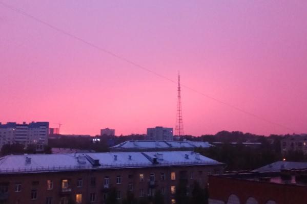Фотографию розового неба прислал в редакцию читатель НГС