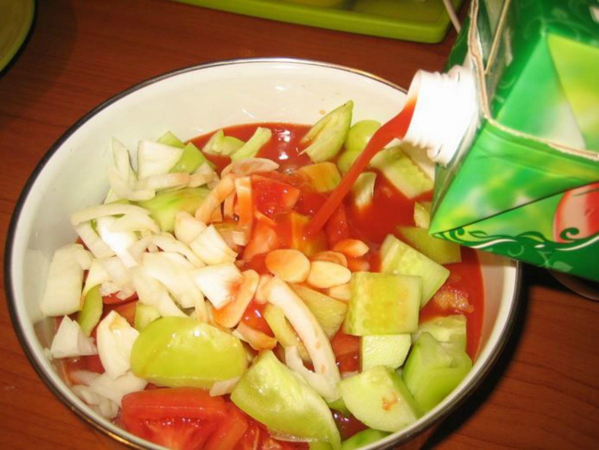 Залейте овощи томатным соком и измельчите блендером