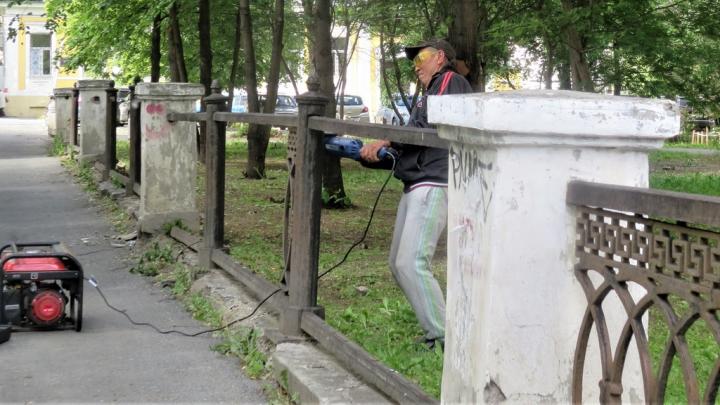 Скоро поставят пластиковый: в центре Екатеринбурга распилили и увезли забор каслинского литья