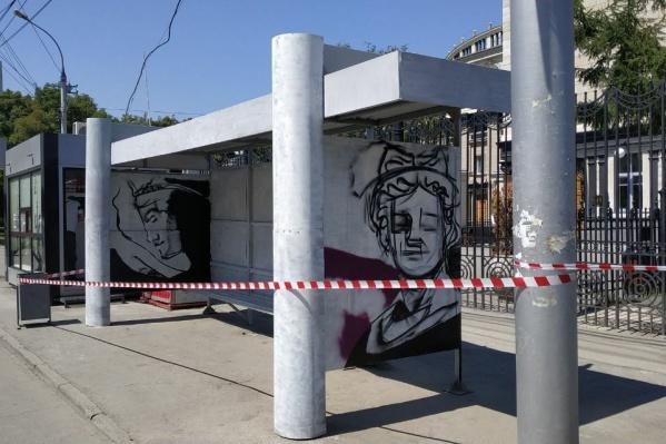 Художники начали разрисовывать остановку сегодня — это делают ко Дню города