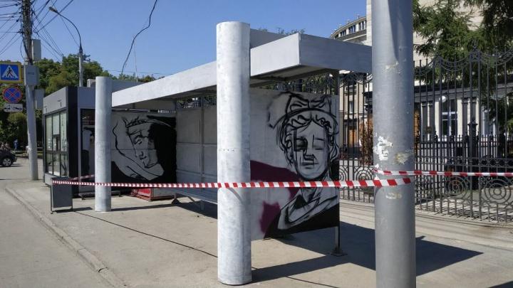 На остановке трамвая № 13 за оперным театром нарисовали гипсовые головы