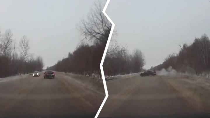 Чёрный седан закрутило на Толмачёвском шоссе — происшествие на скользкойдороге попало на видео