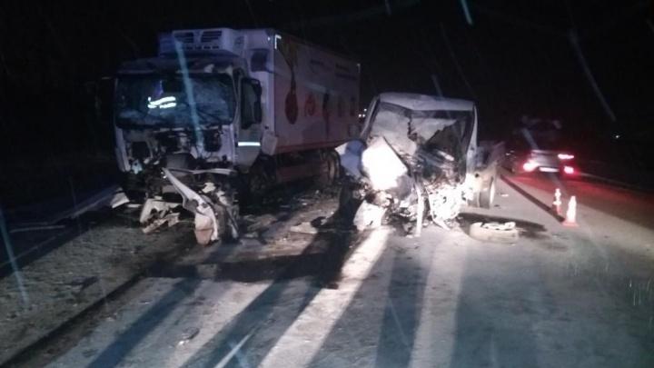 На ачинской трассе водитель погиб, столкнувшись с фурой на встречке