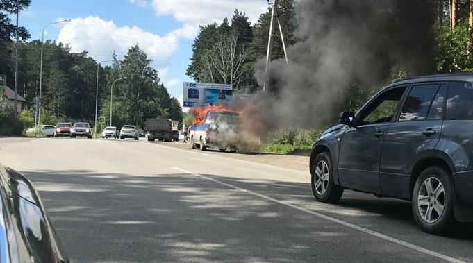 «Было сильное пламя, колёса начали взрываться»: на Чусовском тракте сгорел микроавтобус