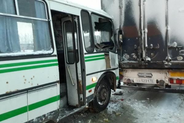 После аварии на месте видели три экипажа скорой помощи