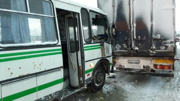 Автобус с пассажирами влетел в стоявшую у обочины фуру: есть пострадавшие