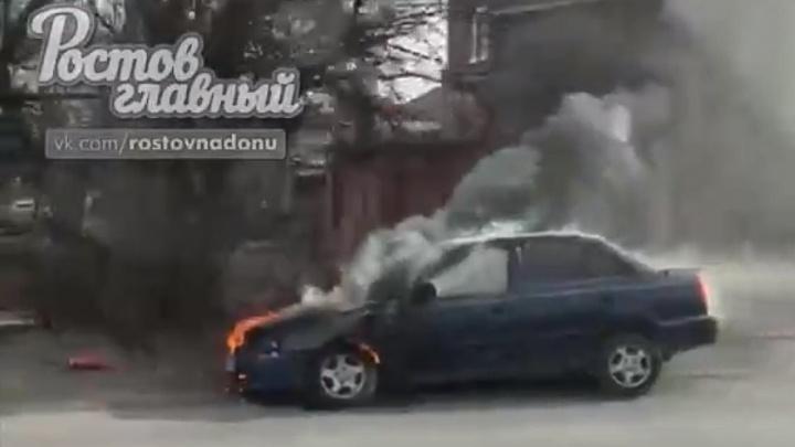 Горящий «Акцент»: на Мичуринской в Ростове загорелась иномарка
