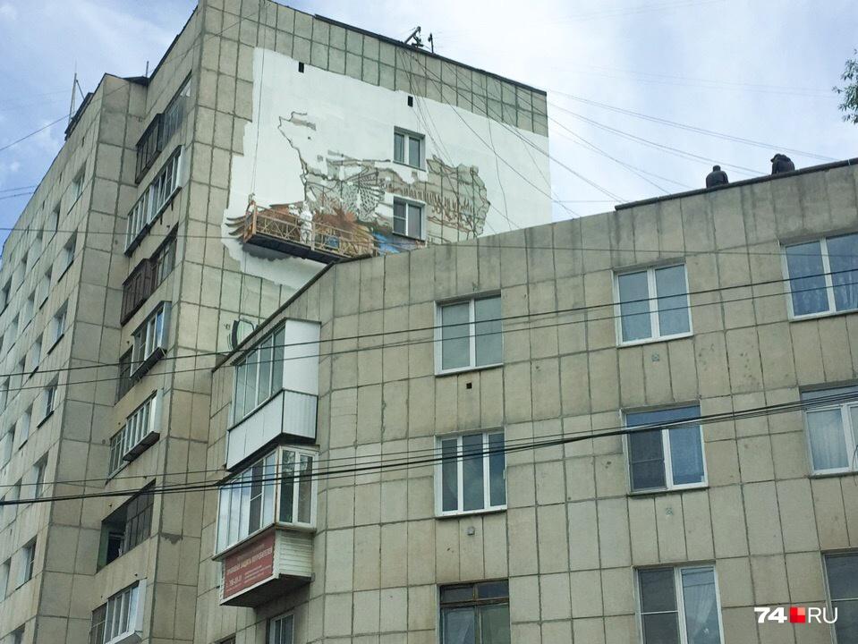 Мастера граффити не боятся работать на высоте даже при сильном ветре