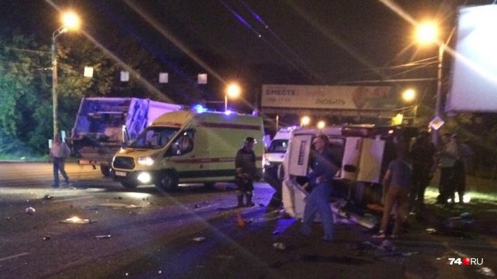 «Много скорых, полиции»: у челябинского памятника мусоровоз врезался в микроавтобус Peugeot