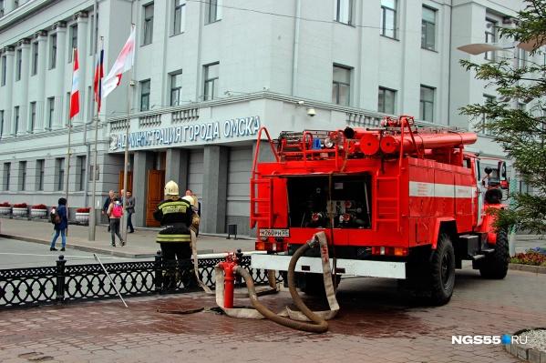 Спасатели у здания администрации.Фото Ивана Рейзвих