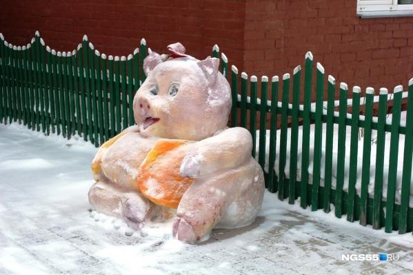 Хитрая свинья возле дома на Саратовской озорно косится на фотографа