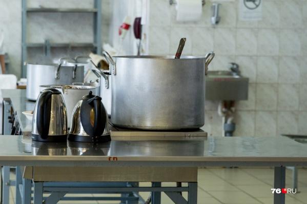 Сотрудницы кухни не рассчитали силы и потащили 26-килограммовую горячую кастрюлю вручную