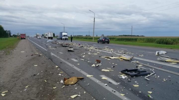 Смертельное ДТП: на М-8 в Ярославском районе столкнулись два грузовика и внедорожник