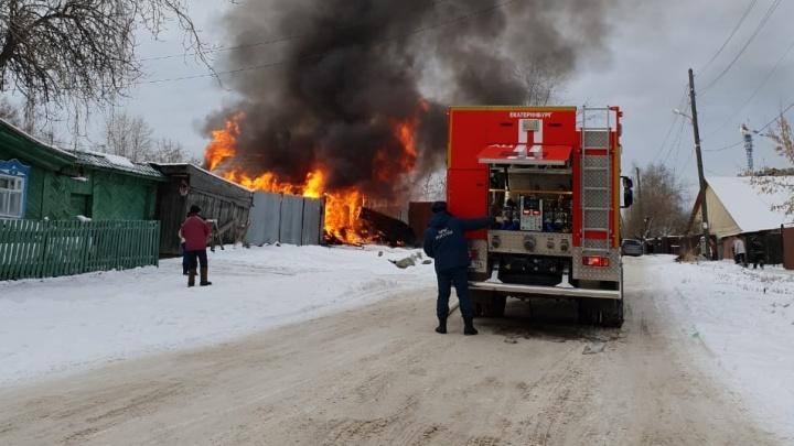 «Сначала что-то грохнуло и взорвалось»: на Уктусе загорелся дом