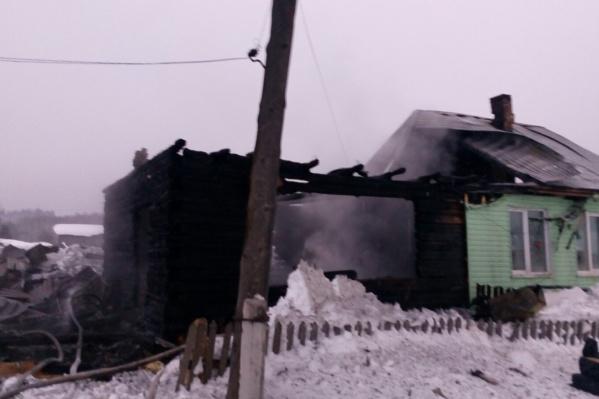 Половина дома полностью сгорела