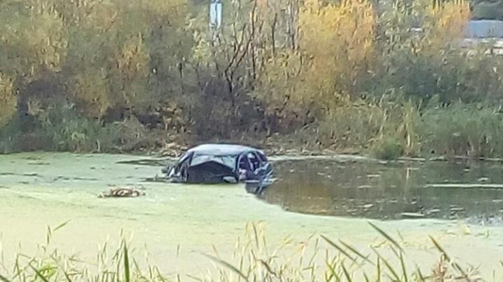 На ЕКАД автомобиль улетел в болото, водитель и пассажир утонули
