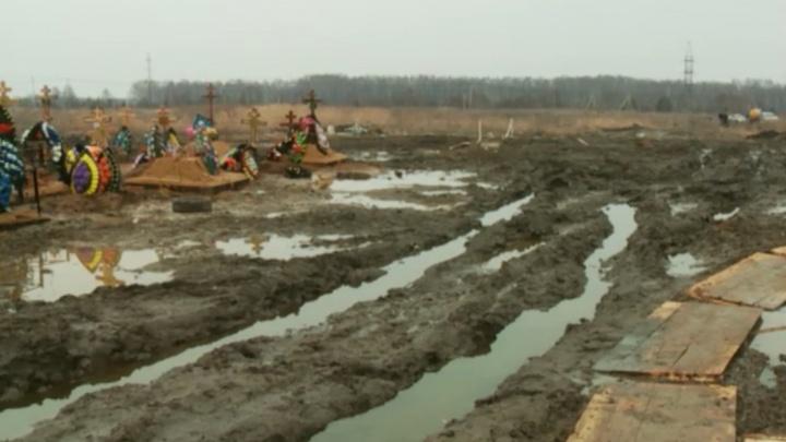 Кресты завалились: в Ярославле затопило Осташинское кладбище
