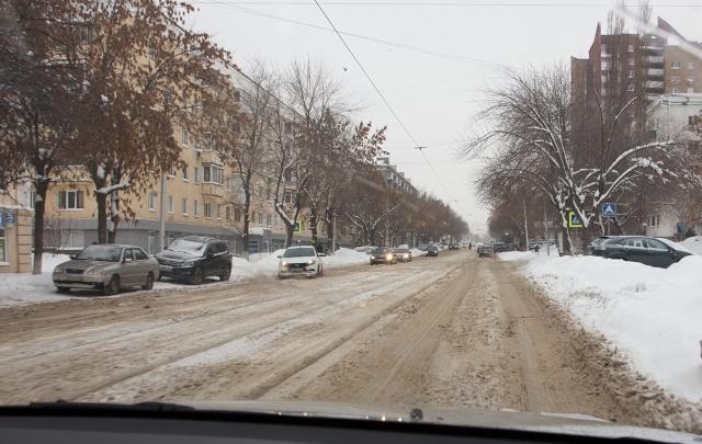 В Уфе продолжают вывозить снег со дворов