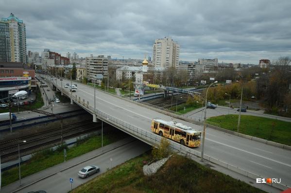 По мосту снова ездят машины и троллейбусы