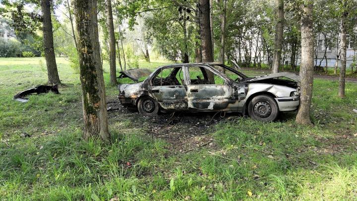 «Облил бензином и спокойно начал снимать»: в Брагино дотла выгорела машина
