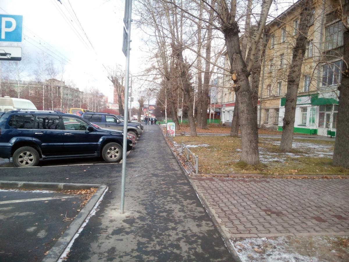 Возле дома  № 218  на Красном проспекте (наискосок от ДК «Прогресс»)
