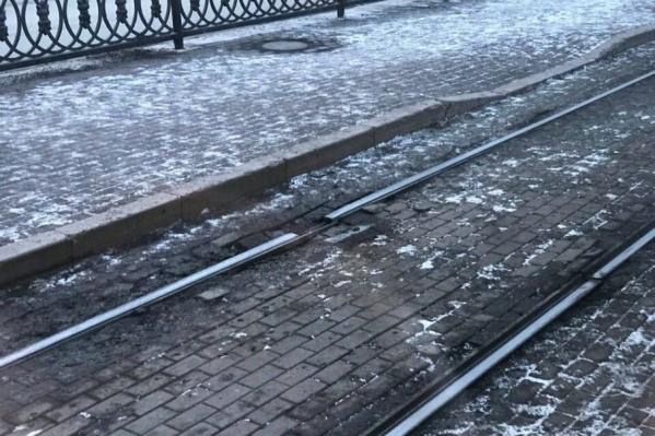 Из-за разрыва вагон может сойти с рельсов и врезаться в остановку
