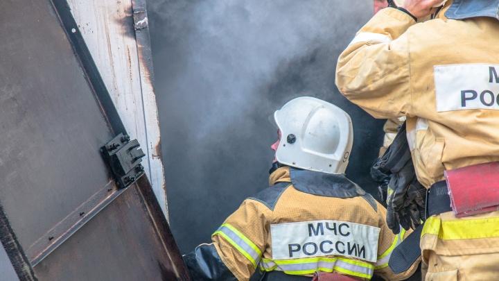 В Самаре во время пожара в гаражах погиб мужчина