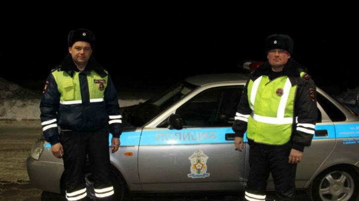 Омские автоинспекторы заметили загоревшийся в пути КАМАЗ и помогли потушить огонь