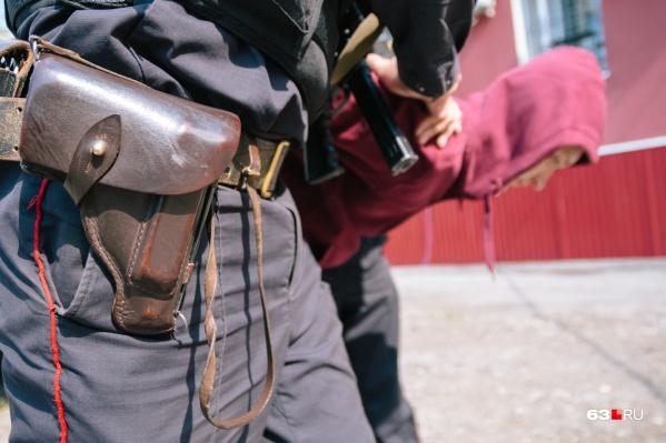 Правоохранитель передал преступников полицейским