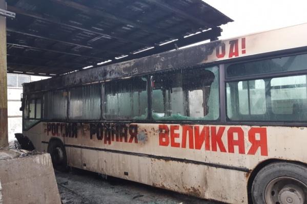 Один из сгоревших автобусов