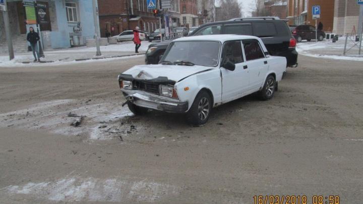 Не заметили светофор: на Красном проспекте столкнулись три автомобиля