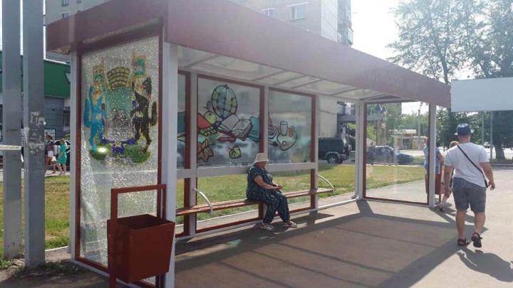 Вместо стекла — металл: кому в Кургане повезло с новыми антивандальными остановками