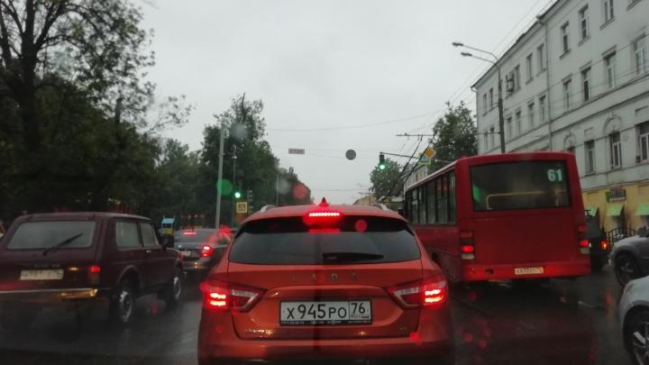 «Пешком быстрее»: Ярославль встал в бешеные пробки