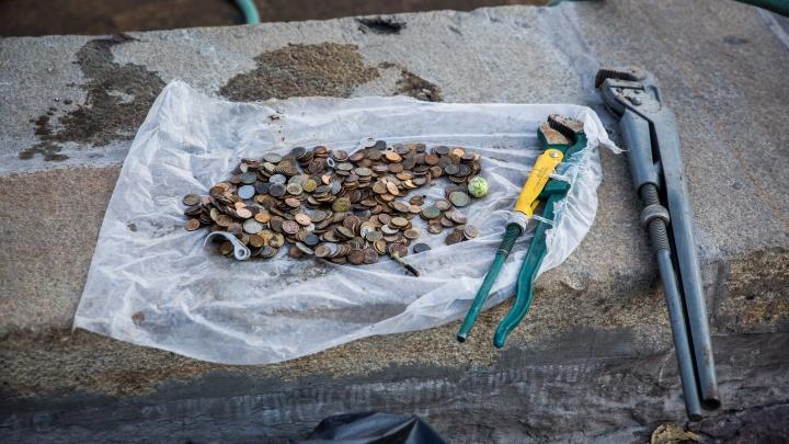 Золотое дно: рабочие выгребли из фонтана сотни монет