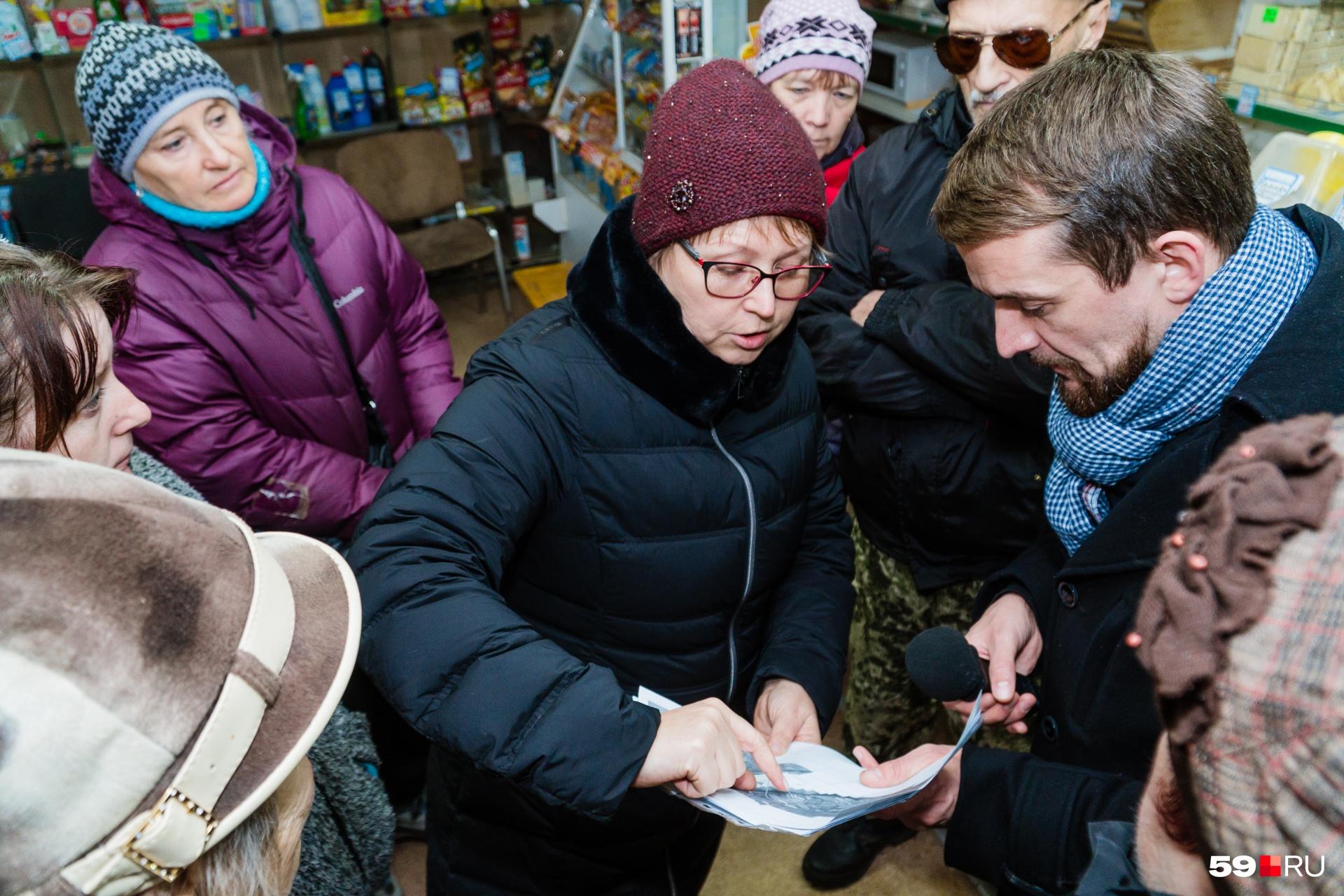 Жительница Тупицы Ольга Морозова показывает местоположение своего участка