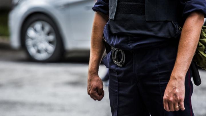 Мёртвого мужчину нашли на высоте второго этажа в Железнодорожном районе Новосибирска