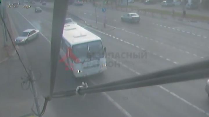«Летел под 200»: появилось видео, как на Московском проспекте перевернулась иномарка