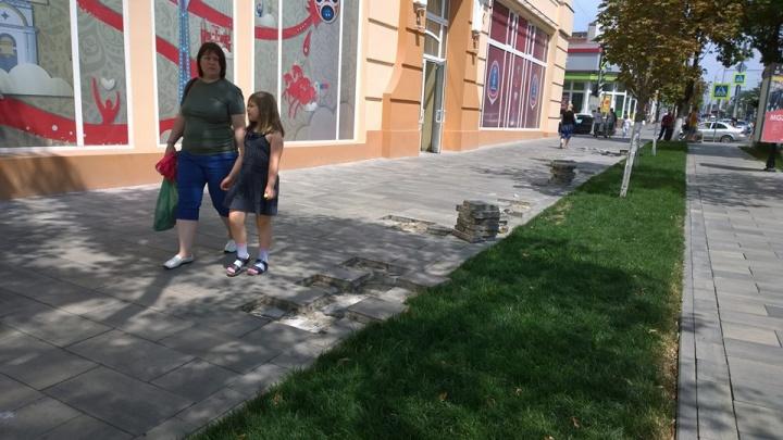 В Ростове на Садовой снова начали менять плитку