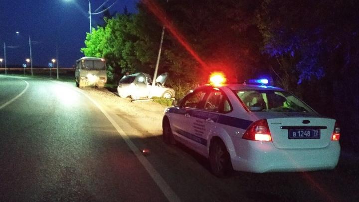 Водителя проверят на опьянение: на Интернациональной Opel влетел в столб