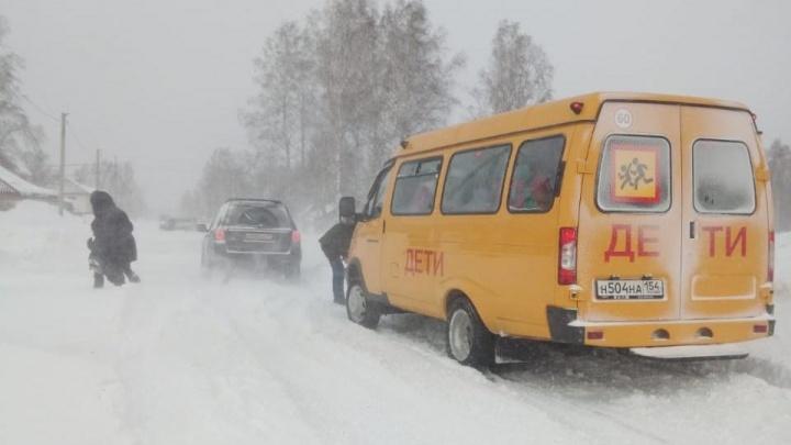 «Газель» со школьниками застряла в снегу под Новосибирском
