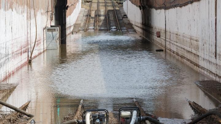 «Качать будем до утра»: затопленный туннель скоростного трамвая Волгограда полон воды