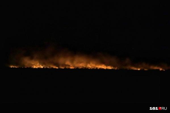 Камыш на Луговой загорелся еще днем